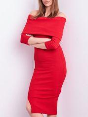 Czerwona dopasowana sukienka z odkrytymi ramionami