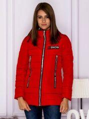 Czerwona kurtka przejściowa z błyszczącymi suwakami
