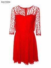 Czerwona sukienka pokryta panterkową siateczką