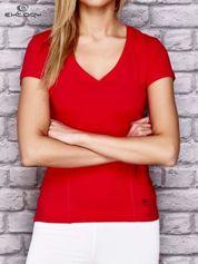Czerwony damski t-shirt sportowy z modelującymi przeszyciami
