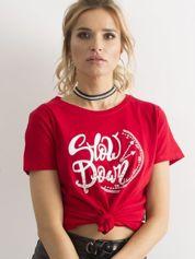 Czerwony t-shirt z nadrukiem i cyrkoniami