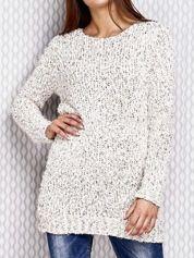 Długi sweter z cekinami i kolorową nicią ecru
