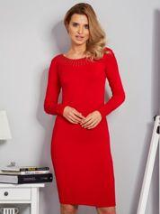 Dopasowana sukienka z dżetami przy dekolcie czerwona