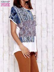 Ecru t-shirt z nadrukiem i naszywką z wzorem paisley