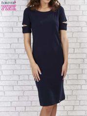 Granatowa sukienka z rozcięciami na rękawach