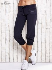 Granatowe spodnie capri z dżetami i kieszonką