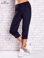 Granatowe spodnie capri z haftowanymi wstawkami PLUS SIZE
