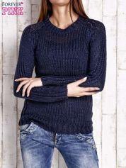 Granatowy dzianinowy sweter o szerokim splocie