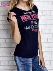 Granatowy t-shirt z napisem FASHION DISTRICT z dżetami