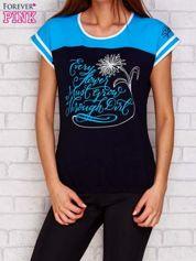 Granatowy t-shirt z tekstowym nadrukiem