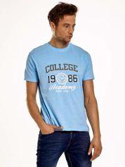 Jasnoniebieski t-shirt męski z nadrukiem i napisem COLLEGE 1986
