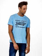 Jasnoniebieski t-shirt męski ze sportowym nadrukiem i napisem SUPERIOR