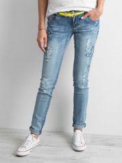 Jasnoniebieskie jeansy z aplikacjami
