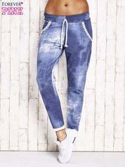 Jasnoniebieskie spodnie dresowe z koronkowym wykończeniem