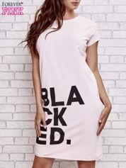 Jasnoróżowa sukienka dresowa z napisem BLACKED