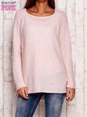 Jasnoróżowy dzianinowy sweter