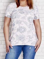 Jasnoróżowy t-shirt z motywem roślinnym PLUS SIZE