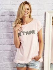 Jasnoróżowy t-shirt z napisem JE T'AIME