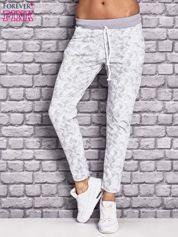 Jasnoszare ocieplane spodnie dresowe z marmurkowym nadrukiem