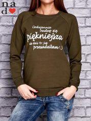 Khaki bluza z napisem CODZIENNIE BUDZĘ SIĘ PIĘKNIEJSZA