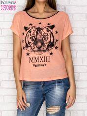 Koralowy t-shirt z nadrukiem tygrysa i zipem z tyłu