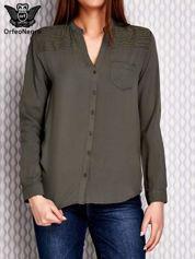 Koszula z haftowanym dekoltem i dłuższym tyłem khaki
