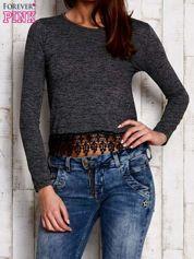 Melanżowa bluzka z koronkowym wykończeniem szara