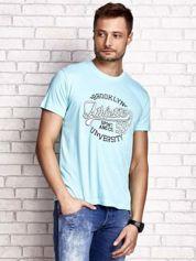 Miętowy t-shirt męski z napisem BROOKLYN ATHLETIC UNIVERSITY