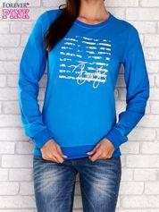 Niebieska bluza z tekstowym nadrukiem