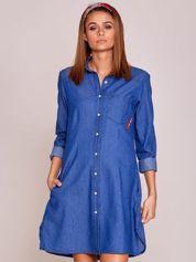 Niebieska sukienka jeansowa z naszywkami