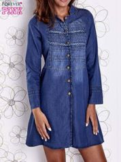Niebieska sukienka jeansowa z plecionymi elementami