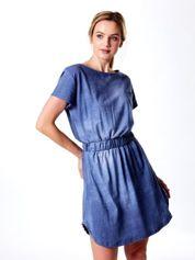 Niebieska sukienka z gumką w pasie