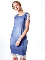Niebieska sukienka z koronką i kieszeniami