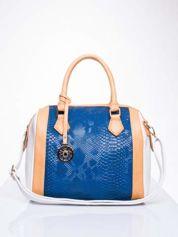 Niebieska torba z motywem skóry węża i ozdobną zawieszką