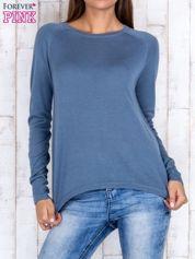 Niebieski sweter z dłuższym tyłem i zakładką na plecach