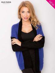 Niebieski sweter z kontrastowym pasem i rękawami