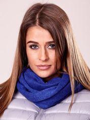 Niebieski szalik z włóczki o ciasnym splocie