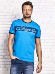Niebieski t-shirt męski z tekstowym nadrukiem