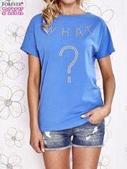 Niebieski t-shirt z napisem i trójkątnym wycięciem na plecach