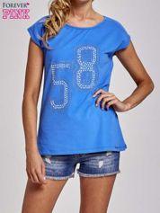 Niebieski t-shirt z numerem 58 z dżetów