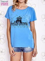 Niebieski t-shirt z ozdobnym napisem i kokardą