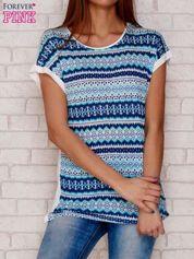 Niebieski wzorzysty t-shirt