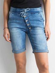 Niebieskie jeansowe szorty z asymetrycznym zapięciem