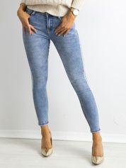 Niebieskie jeansy z biżuteryjnym lampasem
