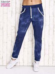 Niebieskie spodnie dresowe z koronkowym wykończeniem