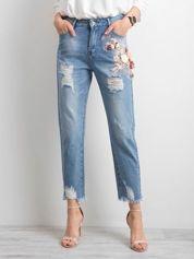 Niebieskie spodnie mom jeans z kwiatową aplikacją