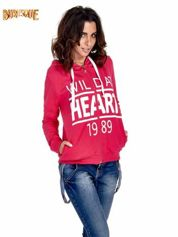 Różowa damska bluza z kapturem i napisem WILD AT HEART 1989