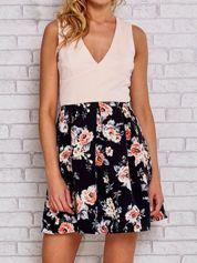 Różowa sukienka skater z kwiatowym dołem