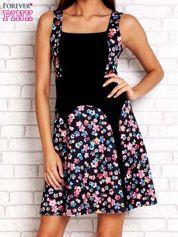 Różowa sukienka z kwiatowymi wstawkami i kwadratowym dekoltem