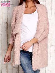 Różowy asymetryczny sweter z szerokim kołnierzem